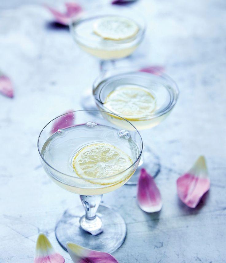 Benyt sommerens mange festligheder til at servere den her læskende lemonade med mousserende vin.