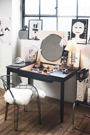 女性が出勤する時に欠かせない化粧は、化粧台やドレッサーがあるととてもありがたい。そしてそれは何と格安な費用や不要になった家具からDIYすることができるのだ。やは…