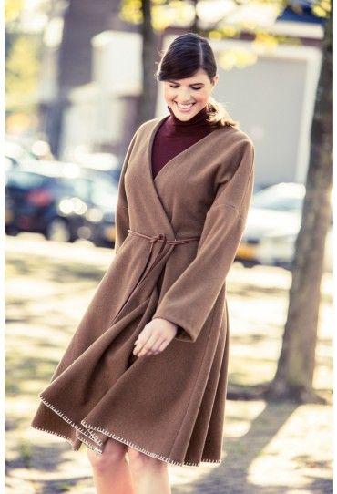 Een zwierige jas in de classy stijl van Italiaanse designers. De jas valt op door het vrouwelijke silhouet en heb je verrassend snel in elkaar genaaid.