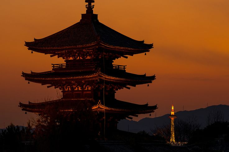 八坂の塔と京都タワー - Yasaka Tower and Kyoto Tower | 八坂神社をものの5分南へ進むと、… | Flickr