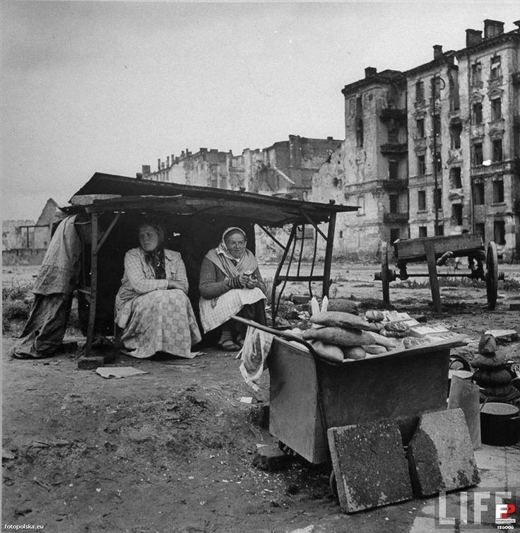10.1945 zdjęcie zrobiono z ulicy Marszałkowskiej, tył kamienicy Chmielna 43  foto:LIFE www.life.com