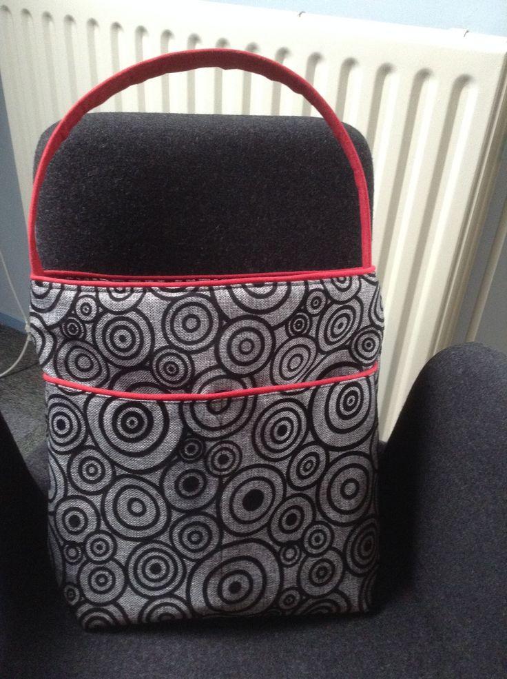Zo geknipt! Tas met verzonken rits. Stof met cirkels is uit Marrakech, rode stof is van IKEA.