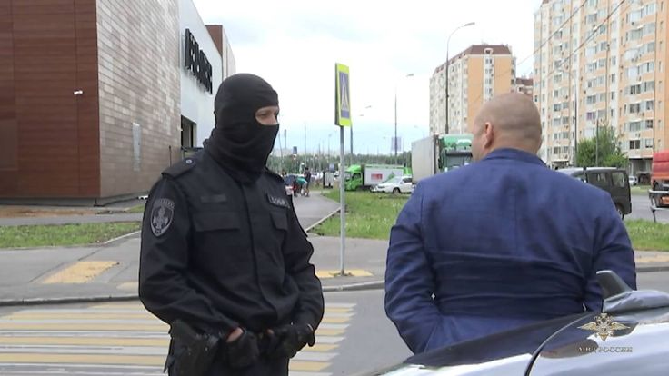 """Russian Special Police Arrested FRAUD MAFIA boss   - Employees of the Moscow Criminal Investigation Department arrested an organized group of five people who are suspected of fraud series related avtopodstavy. All of them are residents of the Moscow region """" -. Said the official representative of the Ministry of Interior of Russia Irina Volk roles were strictly divided among the members of the gang. They traveled in expensive foreign cars on which the committed crimes. Men acted in Moscow on…"""