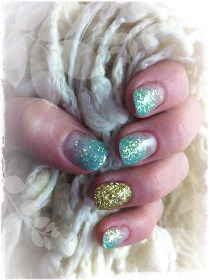 Mint green glitternails with one golden Mintgröna glitternaglar med en guldig