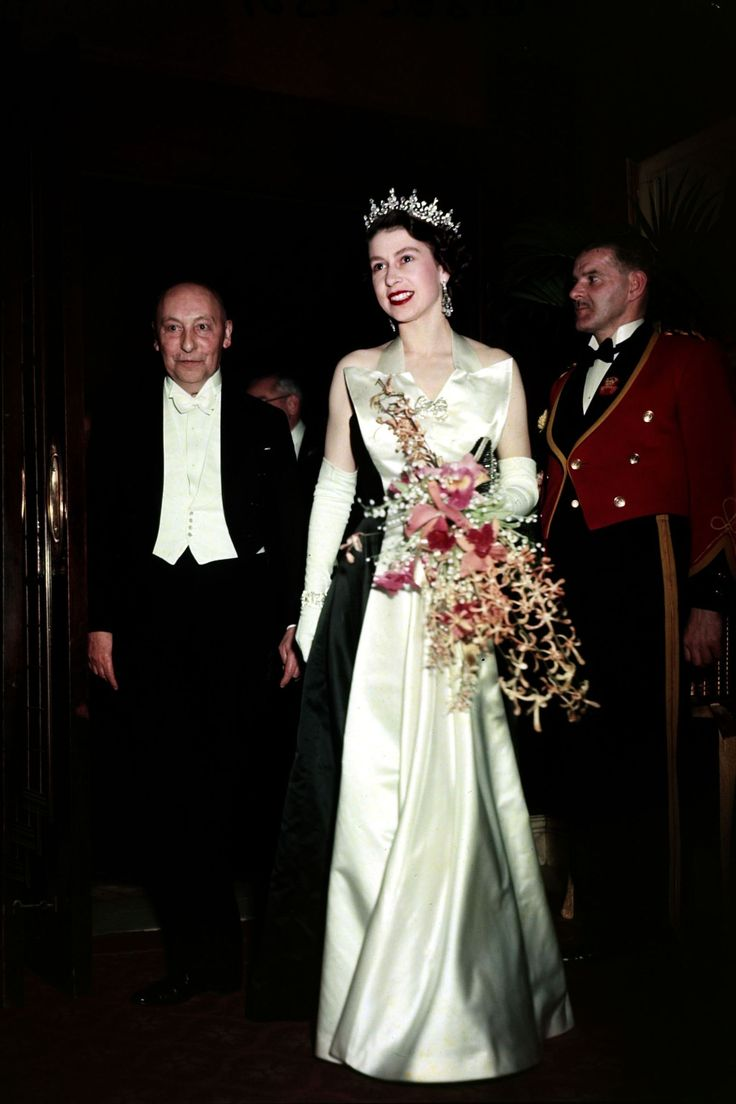 OH HOW THE QUEEN LOOKED HERE.........SO BEAUTIFUL, REGAL AND ALWAYS DIGNIFIED...........ccp