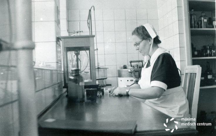 In het laboratorium van het #diaconessenhuis in #Eindhoven aan de Parklaan 1950 #ziekenhuis #hospital #nurses #nurse #verpleegkundige