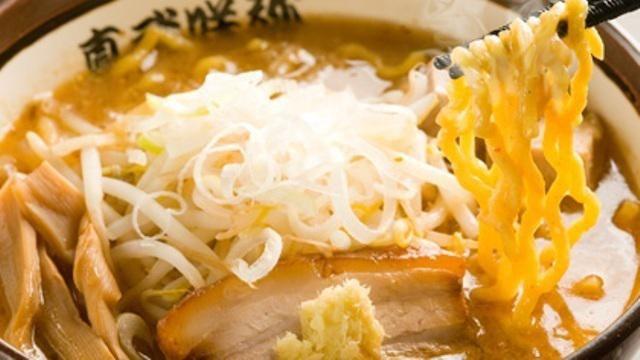 日本人に馴染みの深い味噌ラーメン、寒い時期に濃厚な味が恋しくなっちゃいます。 こってり、あっさり、辛口、焦がし味噌、味噌ラーメンってこんなに奥が深いの?と思わせる渋谷にある味噌ラーメン屋さんを紹介します。 渋谷に行く機会がある方、必見です! 真武咲弥(しんぶさきや) 食べログ評価でも3.5と高得点の真武咲弥は、2階建てのラーメン屋さんで白を基調とした雰囲気はおしゃれ。 2種類のブレンドした味噌に12種類の食材を加えた秘伝のアツアツスープに中太玉子縮れ麺の「炙り味噌ラーメン」がおススメ。 紙エプロンとヘアゴムの用意があるので女性にも嬉しい 出典:http://tabelog.com 味源熊祭 おくむら 渋谷に何店舗かある味源熊祭おくむら。白味噌をベースにしているので、味噌だけの塩辛さは控えめで、甘味も感じられる優しい味噌味。 おススメは札幌味噌バターコーンラーメン。コーンをすくうスプーンもついているので、コーンも食べやすいですよ。 出典:https://sixmoment.com 蒙古タンメン中本…