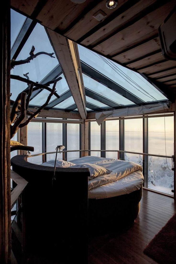 extension de maison en chambre coucher design avec lit rond et plafond en verre