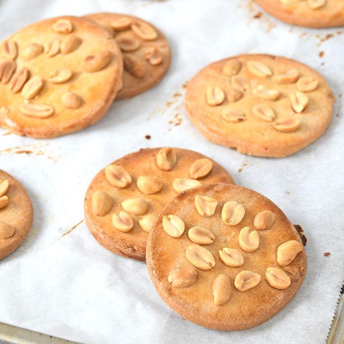 Dol op pinda's en pindakaas? Dan vind je deze pindakoeken ook lekker! Ik geef je het recept en schreef ook een review over het boek Pindakaas.