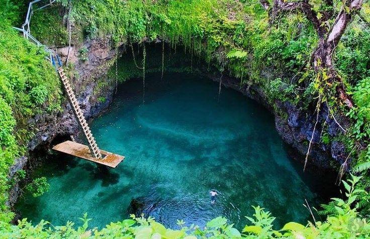 """""""Большая дыра""""   Удивительный природный бассейн То Суа находится на южном побережье одного из наиболее крупных островов государства Самоа: острове Уполу. Остров когда-то был большим вулканом, а бассейн является его  вулканическим желобом. Бассейн уютно расположился в сердце тропического леса. Дословно его название переводится как """"большая дыра"""", которое связано с его немалой глубиной – 30м."""