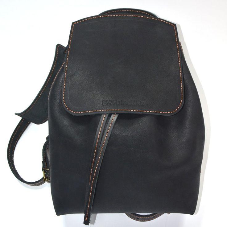 Роскошный дизайнерский женский рюкзак ручной работы выполнен из черной итальянской кожи класса люкс. Закрывается на шнурок ременной кожи, ручки рюкзака регулируемые, общей длины 70 см, имеется внутренний карман на молнии для документов и телефона. Изделие прошито вручную седельным швом. Изделие выпо