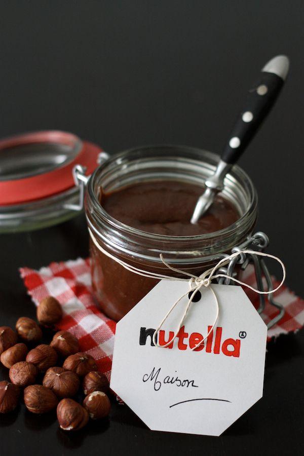 Après les recettes au nutella ® qui ont fait des contents et des mécontents, je vous présente une recette de nutella maison, trouvée chez Samantha Tan ici . Thanks Samantha :-) J'étais curieuse de voir ce qu'allait apporter le chocolat au lait à la texture. En plus la pâte à ta