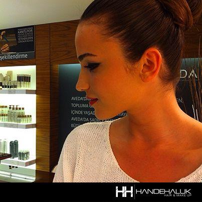 Açalya Samyeli Danoğlu makyaj uygulaması... #handehaluk #ulus #zorlu #zorluavm #zorlucenter #zorlucenteravm #beauty #beautiful #care #makeup #makyaj #hairstyle #haircare #hair #acalyasamyelidanoglu #lovely #women #fashion