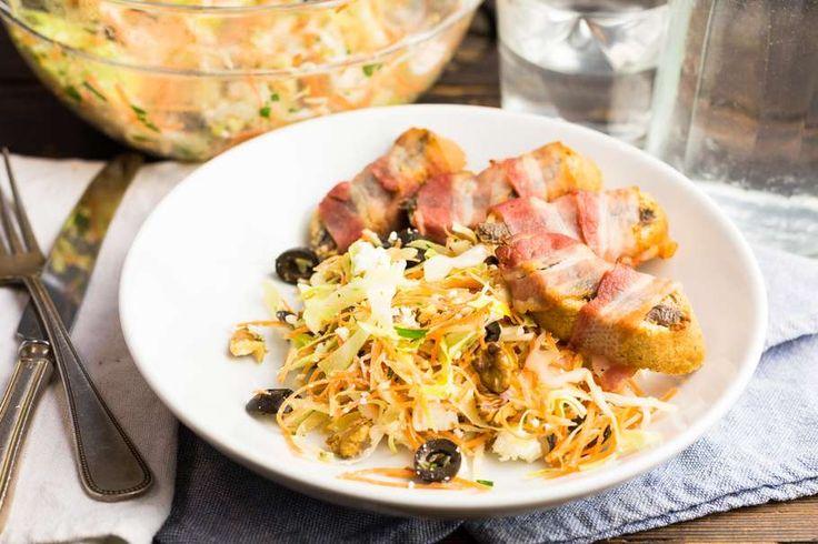 Recept voor chinese koolsalade voor 4 personen. Met zout, suiker, olijfolie, peper, Chinese kool, wortel, feta, zwarte olijven, ansjovis, ontbijtspek, walnoot, witte wijnazijn en stokbrood