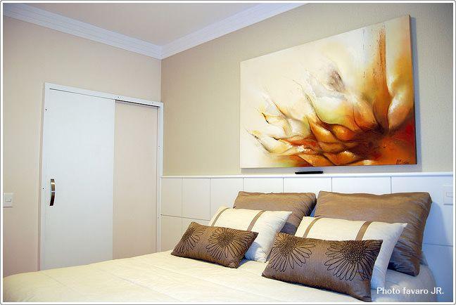 ヘッドボード上がオシャレでモダンな寝室 寝室のインテリアコーディネート