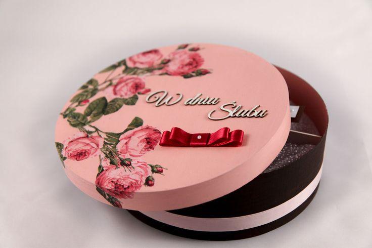 Drewniane pudełko na prezent ślubny z motywem kwiatów.