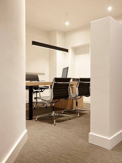 Světle hnědá podlaha, tkaný vinyl v kanceláři. / Light brown floor, woven vinyl in the office.  http://www.bocapraha.cz/cs/produkt/1061/gentle-ctverce/