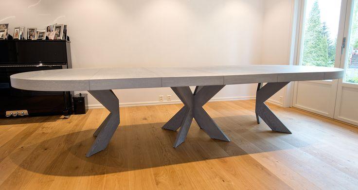 Cross spisebord, rundt Cross Rundt spisebord er en av våre bestselgere. En av grunnene er det klassiske designet – men også fleksibiliteten på at dette bordet kan være veldig lite – og bli veldig langt. Prinsippet med splittede eller doble ben som på denne modellen kan også overføres til andre type modeller. Bordet lages i alt fra 90cm i diameter ... Les mer