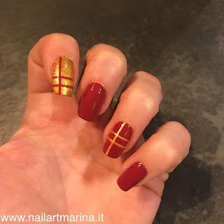 Unghie rosse decorate con strisce adesive tutorial.