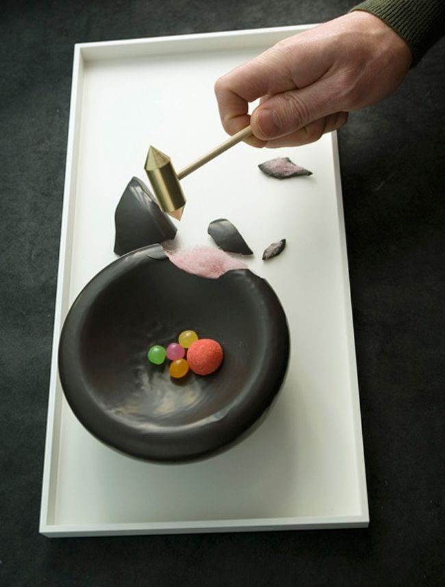 Bowl-shaped dessert made with chocolate and cotton candy. To eat just use the hammer that accompanies the dish. A design by Stéphane Bureaux