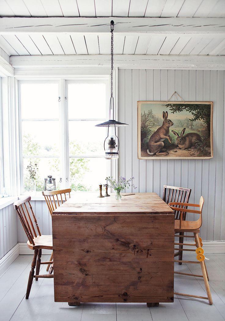 torp, kök, öppna hyllor, inredning, Gotland, vintage, retro, bord, slagbord, stolar, skolplansch, pärlspont, fotogenlampa