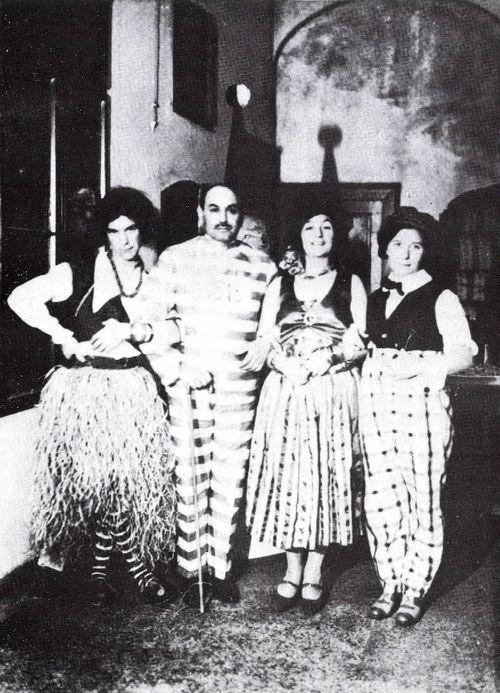 1929. Hódmezővásárhelyi álarcosbál. József Attila zulu nőnek öltözve(balról), Makai Ödön (sógora és gyámja), József Jolán és Etel (testvérei).