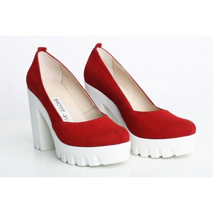 Красные замшевые туфли на белой тракторной подошве. Модель изготовлена из натурального велюра - очень нежный и гладкий замш. На ощупь - как бархат. Удобная колодка и замечательный яркий цвет, что еще...