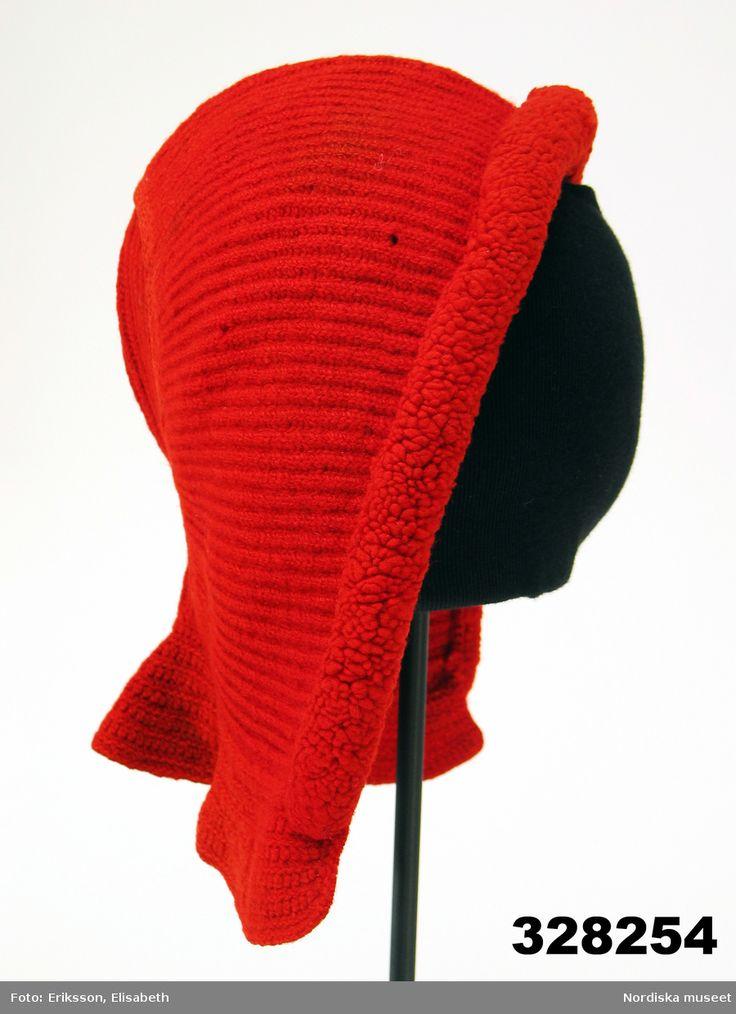 Mössa för vuxen kvinna, av rött ullgarn, stickad i ribbstickning med en framdel och ett litet nackstycke,