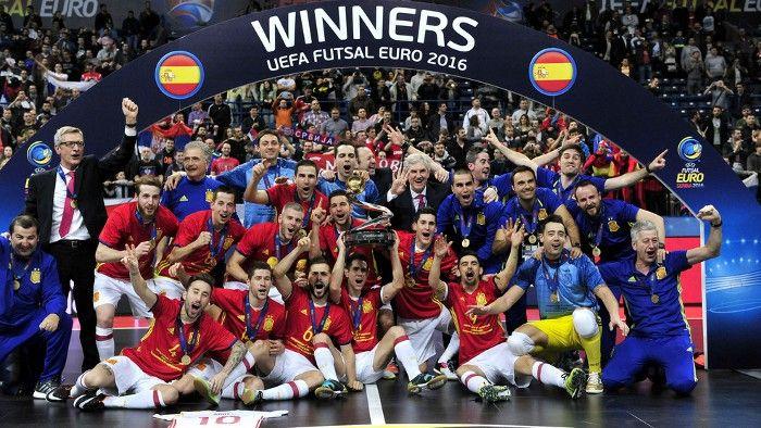 La selección española superó en la final a Rusia por un claro 3-7 para proclamarse campeona de Europa de fútbol sala por séptima vez en su historia. En el torneo jugado en Belgrado (Serbia), Miguelín y Rivillos comparten la Bota de Oro con seis goles cada uno.