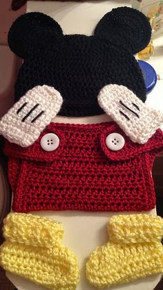Mickey Mouse baby outfit... Free pattern.