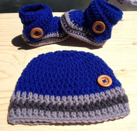 Muchacho del bebé ganchillo sombrero y botines azules luz y