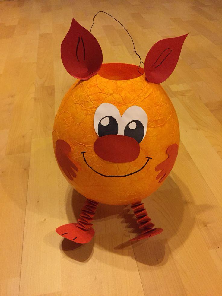 Monster-Laterne :) *Luftballon *Seidenpapier (Achtung färbt sehr stark, Handschuhe benutzen) *Tapetenkleister *Pappe *Draht