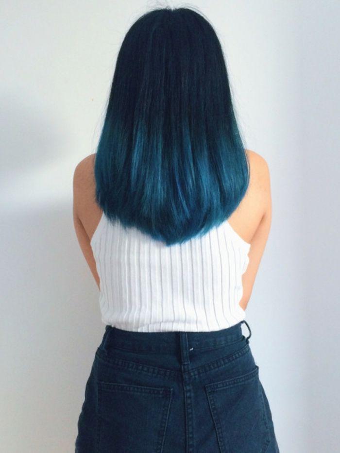 lange, glatte Haare, Ombre Schwarz Blau, weißer Top, Jeans Rock, Ideen für auffällige Damenfrisuren