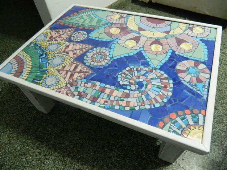 Mesa con diseño de mandalas en técnica mosaiquismo