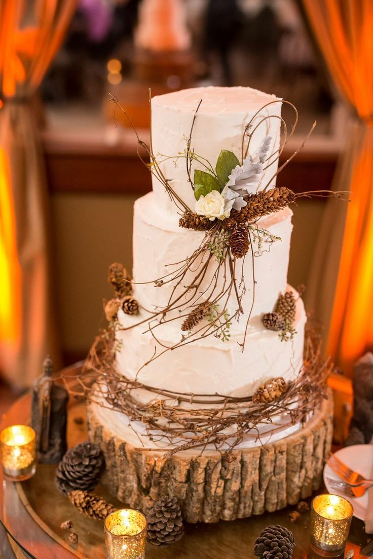The Lord of the Rings themed wedding | Rustic and woodland wedding cake | See the full wedding: http://www.xaazablog.com/the-lord-of-the-rings-wedding-diana-josh/
