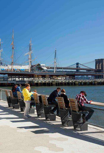 Populära sittplatser för lunch etc. East river waterfront esplanade, NYC.