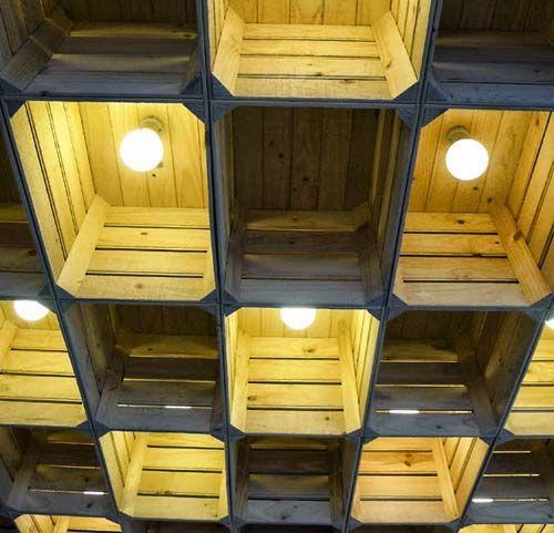 Caixas de madeira reutilizadas como luminárias