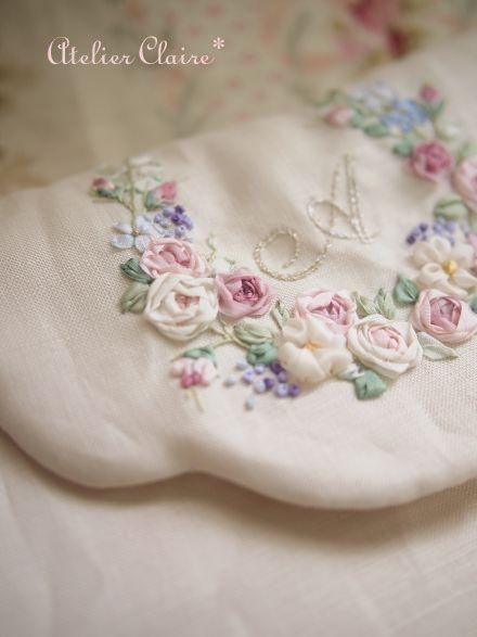 刺繍と聞くと、やっぱり刺繍糸でチクチクと縫うのを真っ先に思い浮かべませんか?実は、リボンで刺繍をするという方法があるんです。立体感も出てとてもカワイイんですよ。キレイに刺繍するには練習も必要ですが、リボンならではの華やかな刺繍は練習する価値ありと思わせてくれるはずです。