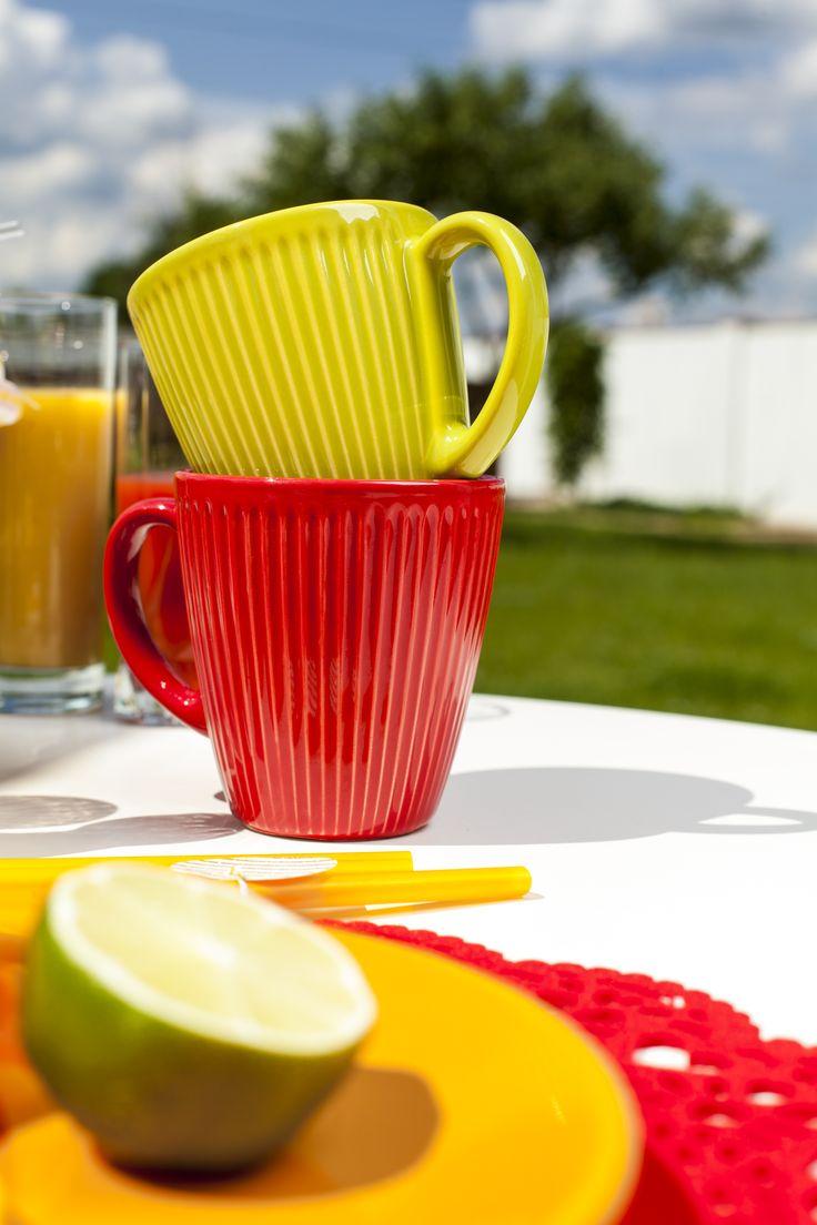 Kubki z ceramiki karbowanej PALETTE w soczystych kolorach pięknie komponowały się z talerzykami HAPPY.