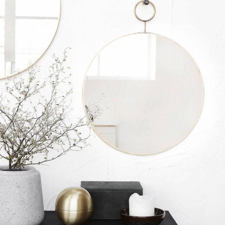 HOUSE DOCTOR RONDE SPIEGEL THE LOOP  Elegante ronde spiegels van het Deense merk House Doctor voor aan de wand. Deze ronde spiegels zijn gemaakt van metaal maar afgewerkt met een messing kleur. Zeer fraai! Rond van formaat met een doorsnede van 38cm en 32 cm.