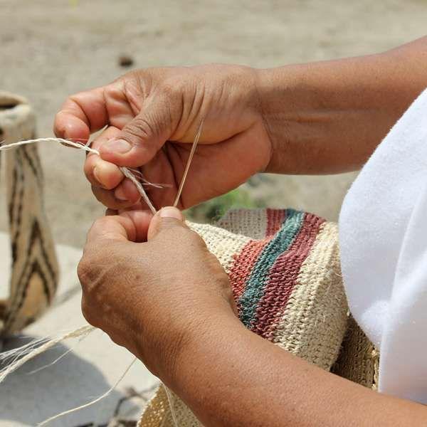 La mochila arhuaca busca perpetuarse con economía solidaria