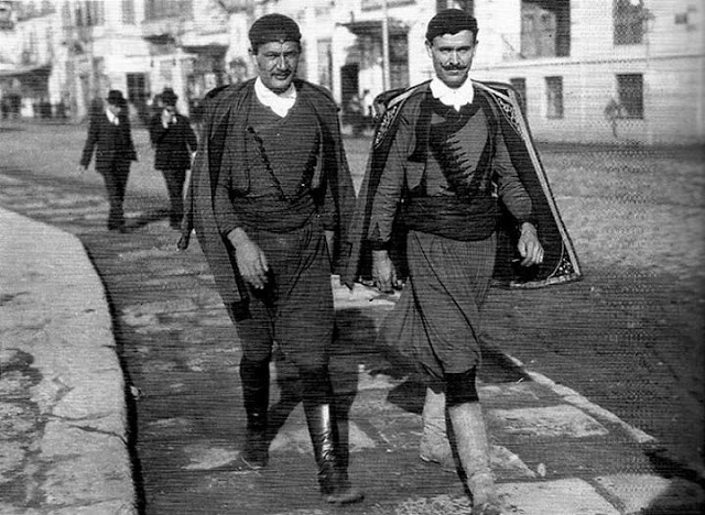 Cretans in traditional outfits visiting Thessaloniki in 1916, Κρήτες στη Θεσσαλονίκη.