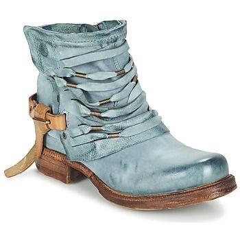 La boot Saint a été imaginée par la marque Airstep / A.S.98 pour apporter une touche de caractère aux looks de saison. Son esthétique naturelle passe en premier lieu par une tige en cuir. Pour compléter le tableau, elle est dotée d'une semelle extérieure en synthétique. Elle vous accompagnera tout au long de la saison. - Couleur : Bleu canard - Chaussures Femme 229,00 €