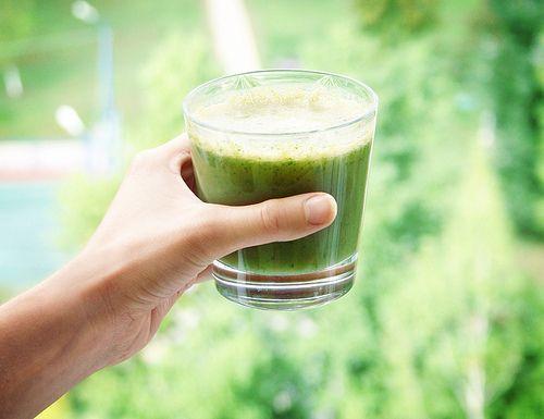 Зеленый лимонад    2 огурца  2 палочки сельдерея  2 зеленых яблока (я беру дачную антоновку)  1/3 лимона или 1/2 лайма  горсть листьев шпината или петрушки  Отправьте огурцы, сельдерей и яблоки в соковыжималку. В полученный сок выдавите сок лимона/лайма. Перелейте сок в стакан блендера, добавьте зеленые листья и смешайте до однородного зеленого фрэша. (Если у вас есть крутая соковыжималка, которая справляется с зеленью, то блендер отменяется.) Перемешайте и пейте маленькими глотками.