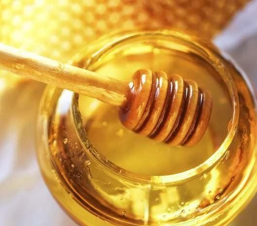 Cómo hacer salsa de miel y mostaza. La salsa de miel y mostaza es una de las salsas favoritas de los norteamericanos y es que tiene un sabor agridulce exquisito que es ideal para complementar un sinfín de platos. Se puede incluir tanto ...