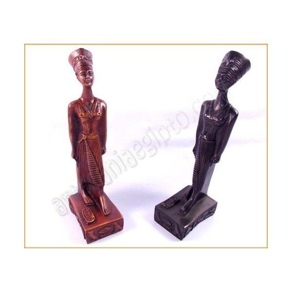 """Figura de artesanía egipcia de la reina Nefertiti, esposa de Akenatón.Su nombre significa, """" la Bella, ha llegado"""" La base y el busto están talladas en resina solida mezclada con piedra. Realizada artesanalmente y cuidadosamente detallada por los artesanos egipcios. Altura aproximada 24cm. www.artesaniaegipto.com"""