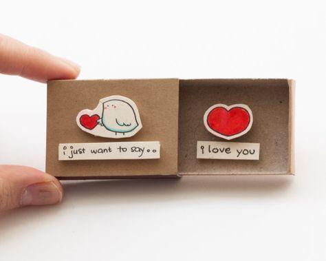 Carte amour mignon - mignon de la Saint-Valentin petit oiseau Cette liste est pour une boîte d'allumettes. C'est une excellente alternative à une carte d'anniversaire. Surprenez vos proches avec un message privé mignon caché dans ces boîtes d'allumettes décorées! Chaque article est fabriqué à partir d'une vraie boîte d'allumettes. Les dessins sont dessiné à la main, imprimé sur du papier à la main puis assemblées pour donner à chaque boîte d'allumette individuel personnalisé une touche…