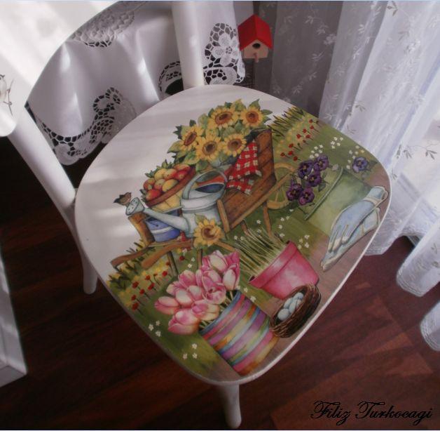 Sandalyenin üzerine önce fonu el boyaması ile hazırladım. Sonra üzerine dekopaj yaptım...Hand painting and decoupage...