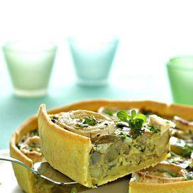 Ingredienti250 g di farina160 g di burro un cucchiaio di latte 6 carciofi6 piccole patate rosse 3 uova2 dl di panna frescauno spicchio d