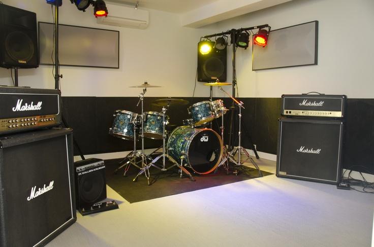 """#Local de #ensayo Let´s Rock en #boxinboxmusic. Como ves, está perfectamente preparado para que el ensayo sea lo más profesional posible y te sientas como en tu propio #local.     Equipo de la sala:    #Marshall JCM 2000 TSL Head,  Marshall 1960B Cabinet  Marshall JCM 900 DR Head, Marshall 1960B Cabinet, #batería #DW Collector Blue 22,10+12+14+16. Caja #DW Collector Blue Snare 14""""x3'5"""". #Pedal DW5000 Kick Pedal Single. #Platos #Zildjian Avedis"""